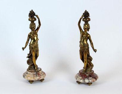 Paire de SCULPTURES de femme en bronze doré...