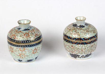 Deux SUCRIERS couverts en porcelaine grains...