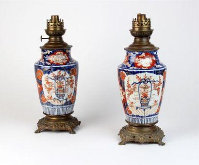 Deux LAMPES À PETROLE en porcelaine à décor...