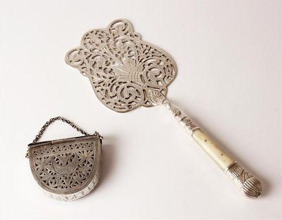 PORTE-AMULETTE en métal ajouré à décor d'un...