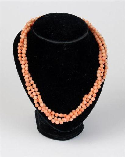 COLLIER à trois rangs torsadés de perles...