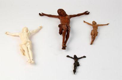 Lot de quatre CRUCIFIX - L'un en ivoire sculpté...