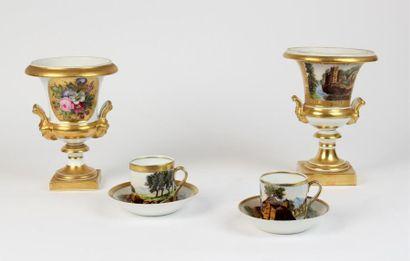 Lot en porcelaine composé de deux VASES MEDICIS...