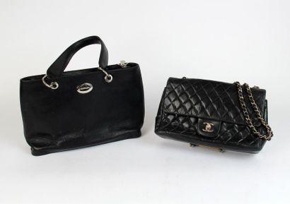 Deux SACS à main, le premier Chanel en cuir...