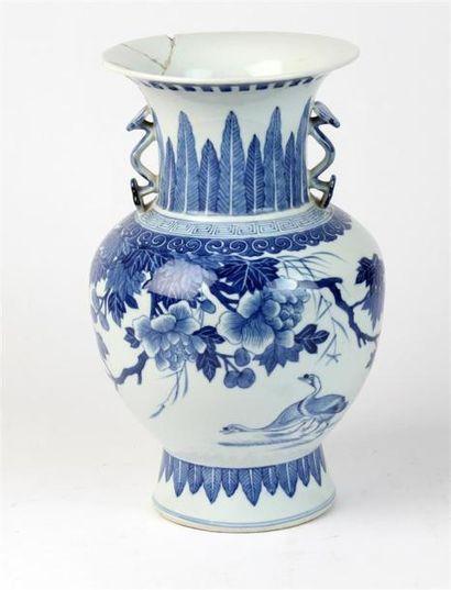 VASE pansu en porcelaine blanc bleu à décor...
