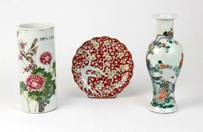 Lot de porcelaines composé d'un VASE balustre...