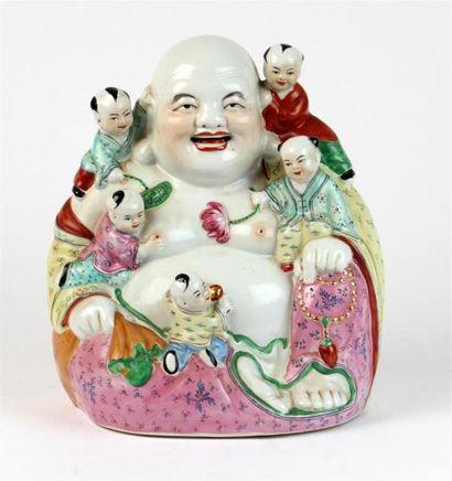 BOUDDHA souriant en porcelaine et émaux polychromes,...