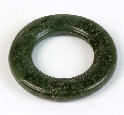 BRACELET en jade vert sculpté de têtes animalières...