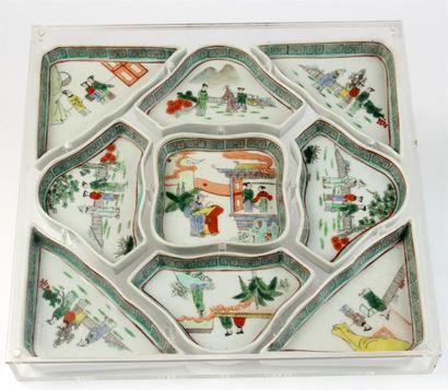 PLATEAU formé de neuf RAVIERS en porcelaine...