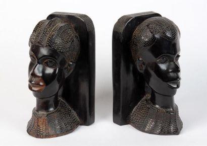 COUPLE en bois sculpté formant serre-livres...