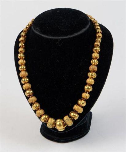 COLLIER en or (poinçon ET) composé de perles creuses ajourées, unies ou à fond guilloché,...