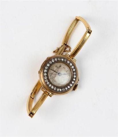 MONTRE BRACELET de dame en or 18k (750 °/°°), le cadran à fond guilloché, la lunette...