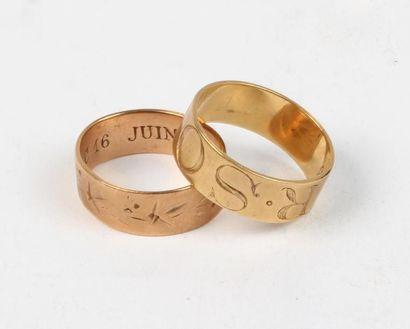 """Deux BAGUES anneau en or 18k (750 °/°°), l'une gravée """" Souvenir """", l'autre de motifs..."""
