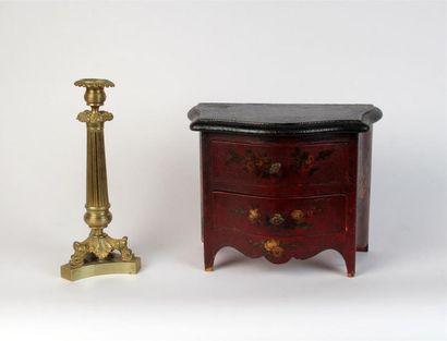 COMMODE miniature en bois laqué rouge. On...