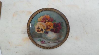 Lot de PIÈCES ENCADRÉES dont : Bouquet de fleurs, aquarelle et fusain signé en bas...
