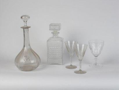 PARTIE DE SERVICE DE VERRES en verre et cristal (verres, carafes et présentoir)...