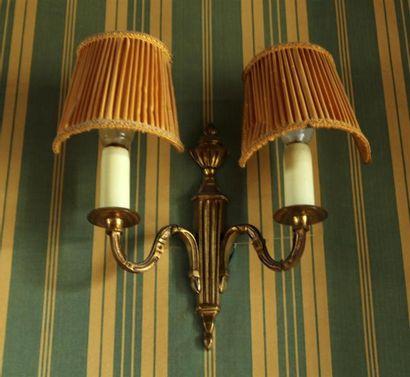Paire d'APPLIQUES en bronze doré à deux lumières....
