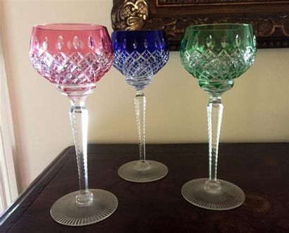 Six VERRES à vin du Rhin en cristal taillé...