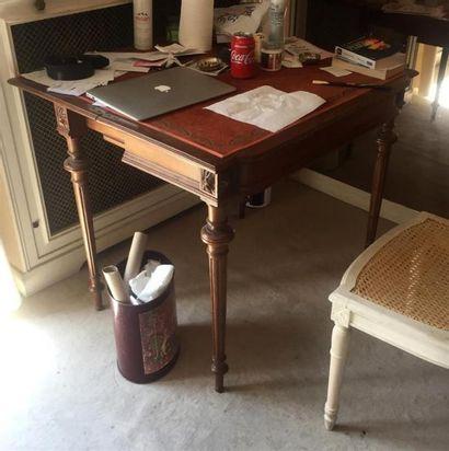 TABLE chiffonnière à trois plateaux en bois...