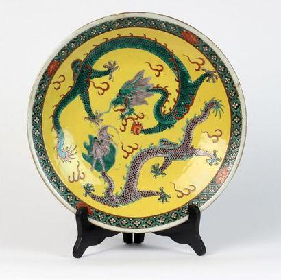 PLAT en porcelaine à décor polychrome sur...