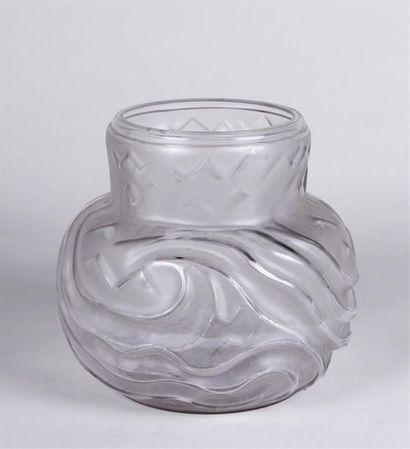 VASE pansu en verre incolore et dépoli à...