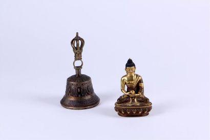 STATUETTE de Bouddha Amitayus en bronze patiné...