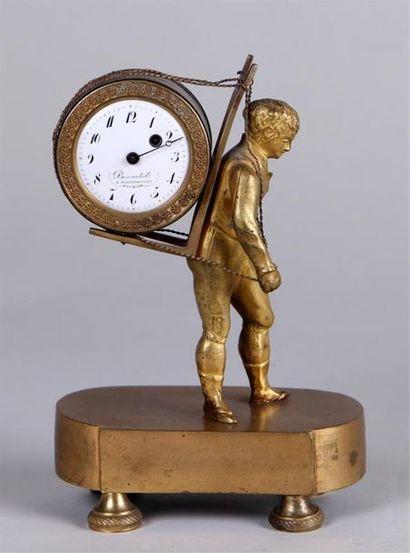 Petite PENDULE au portefaix en bronze ciselé...