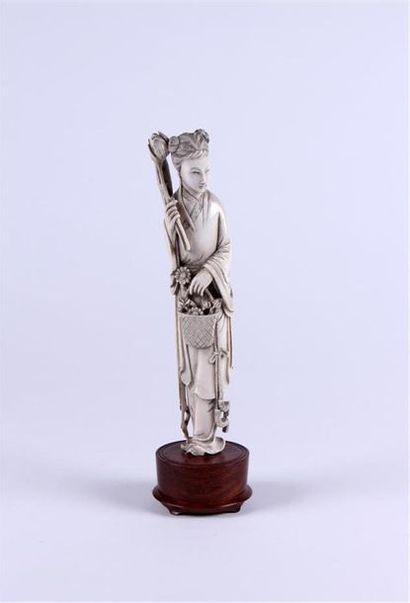 STATUETTE en ivoire sculpté représentant...