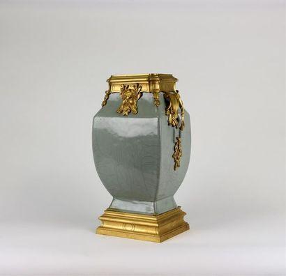 Important VASE de forme «fanghu» en porcelaine...