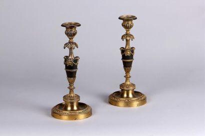 Paire de BOUGEOIRS en bronze patiné et doré,...