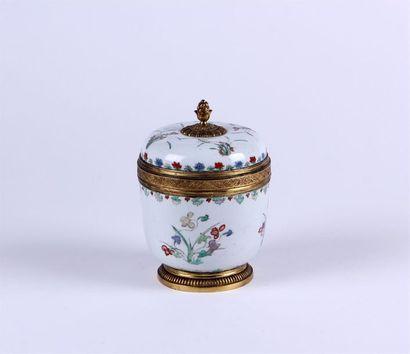 POT couvert en porcelaine à décor Wucai de...