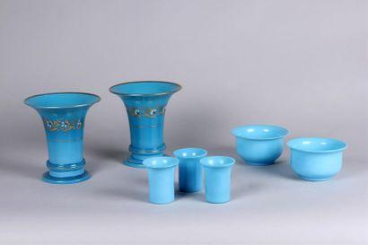 Paire de VASES cornet en verre opalin turquoise...
