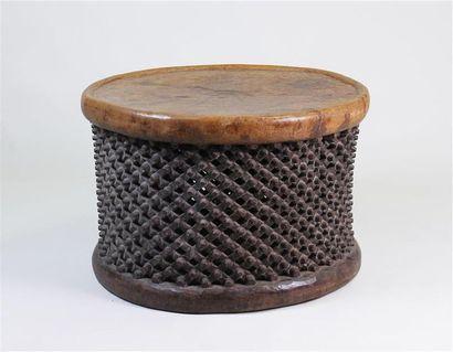 TABLE GUÉRIDON en bois naturel, le corps...