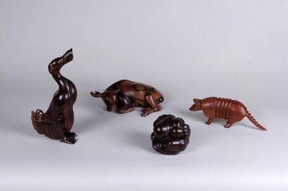 Quatre SUJETS en bois exotique veiné sculpté:...
