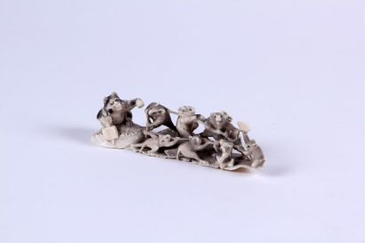 OKIMONO en ivoire finement sculpté représentant...