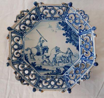 DELFT, Corbeille ronde à pans coupé et bord ajouré décorée en camaïeu bleu d'une...