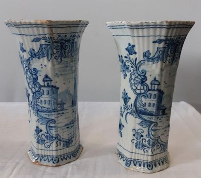 DELFT, Paire de vases cornet de forme godronnée décorés en camaïeu bleu de paysages...