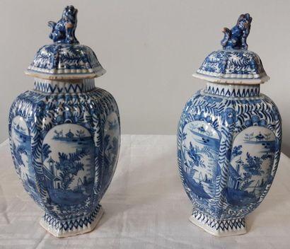DELFT, Paire de vases godronnés couverts...