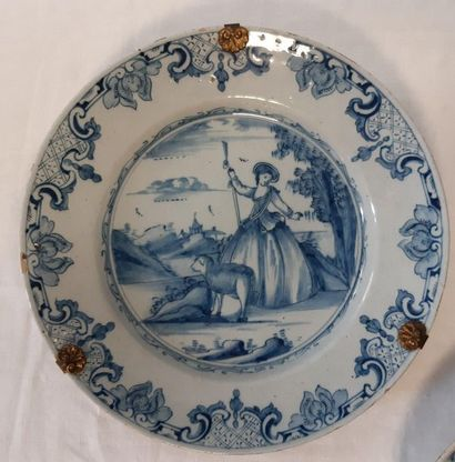 DELFT, Assiette décorée en camaïeu bleu en...