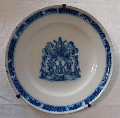 MOUSTIERS, Assiette décorée en camaïeu bleu...