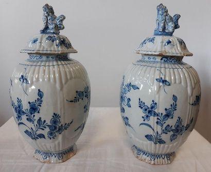 DELFT, Paire de vases couverts de forme godronnée...