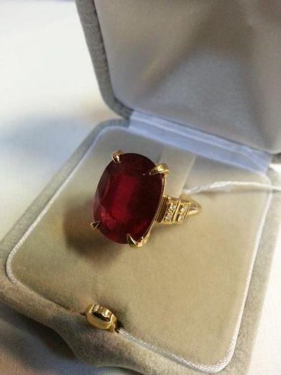 Bague or jaune ornée d'un très beau rubis...