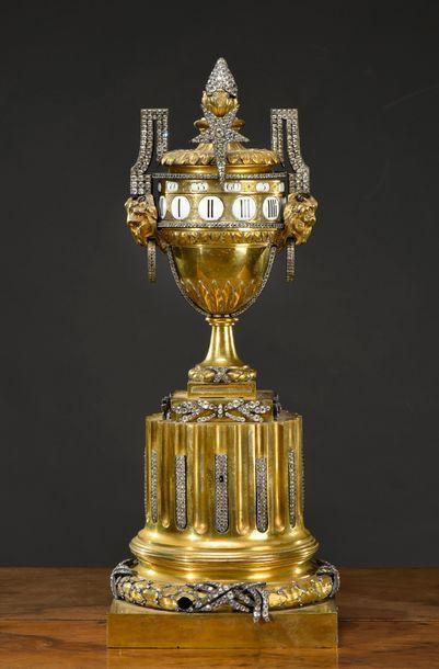 Pendule en bronze doré, en forme d'urne sur...