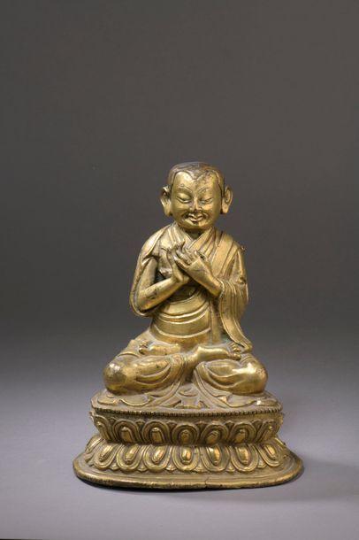 TIBET - XVIIe siècle Statuette en bronze doré de lama assis en vajrasana sur le...