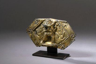 TIBET - XVIIe siècle Fragment de plaque en cuivre repoussé et doré d'un couple de...