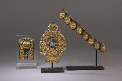 TIBET - XVIIe/XVIIIe siècle Ensemble en cuivre repoussé doré comprenant une mandorle...