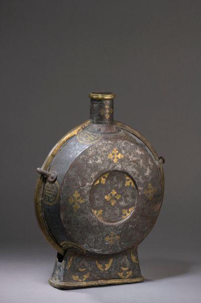 TIBET - XVIIe/XVIIIe siècle Gourde en fer...