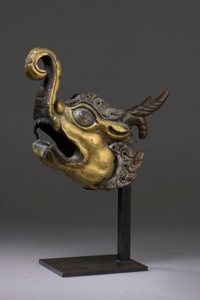 TIBET - XVIIIe siècle Tête de Makara en bronze...