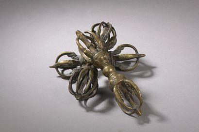 TIBET - XIXe siècle Trois vajra en bronze...