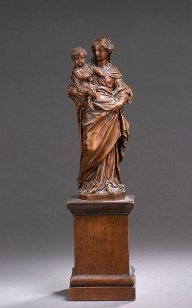 VIERGE à l'Enfant en buis sculpté en ronde-bosse...